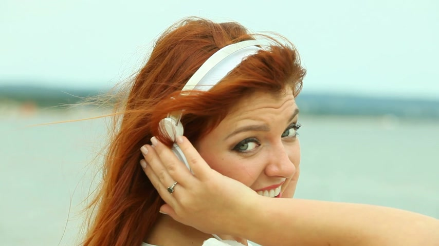 kıllar : Woman on Beach Listening to Music Stok Video