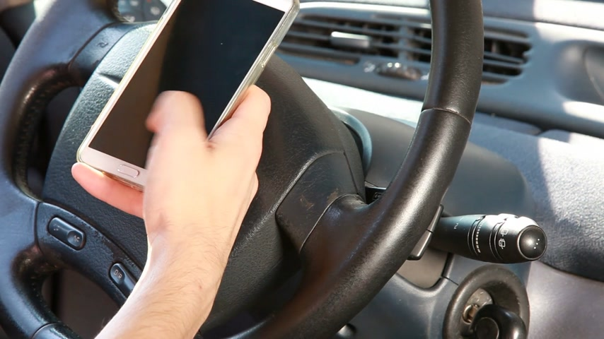 engedély : Texting with a smart phone in car