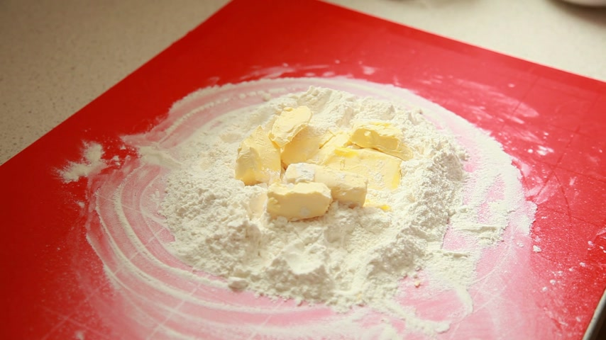 eklemek : Woman baking cake. Female hands of housewife or chef adding egg to flour and butter making dough on pastry board.