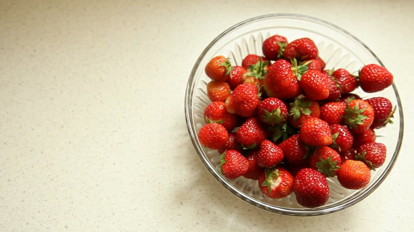 abundante : Fresh, ripe, juicy strawberry slide on plate - Stock Footage Full HD with motorized slider. 1080p.