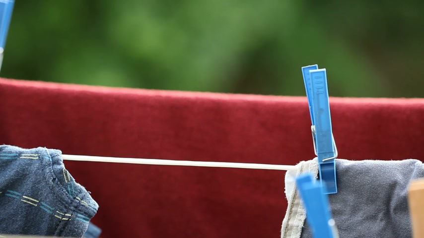 varal : Colorful clothes hanging to dry on a laundry line outdoor. Housework. Full HD with motorized slider. 1080p.