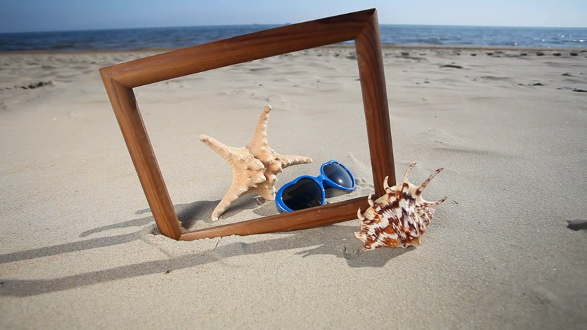 rozgwiazda : Wooden frame border blank copy space with seashell, starfish and sunglasses on the sandy beach. Summer vacation. Full HD with motorized slider. 1080p.