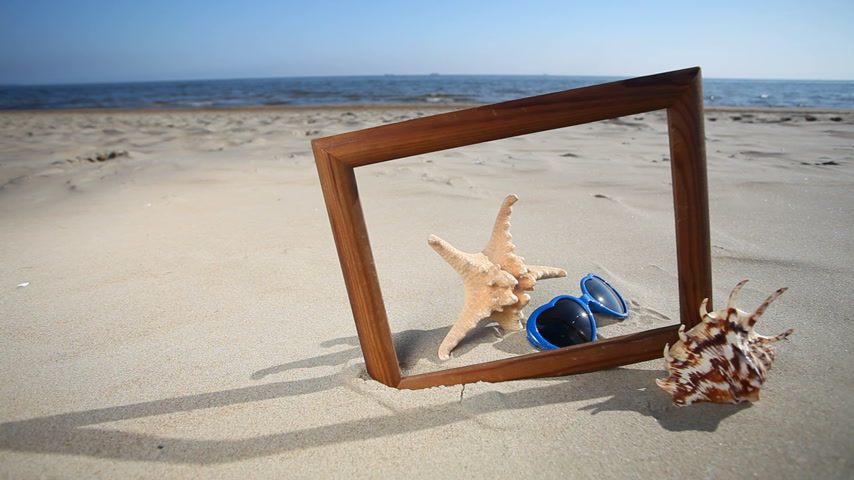 etoile de mer : Frame with seashell, starfish and sunglasses on the beach Full HD with motorized slider. 1080p.