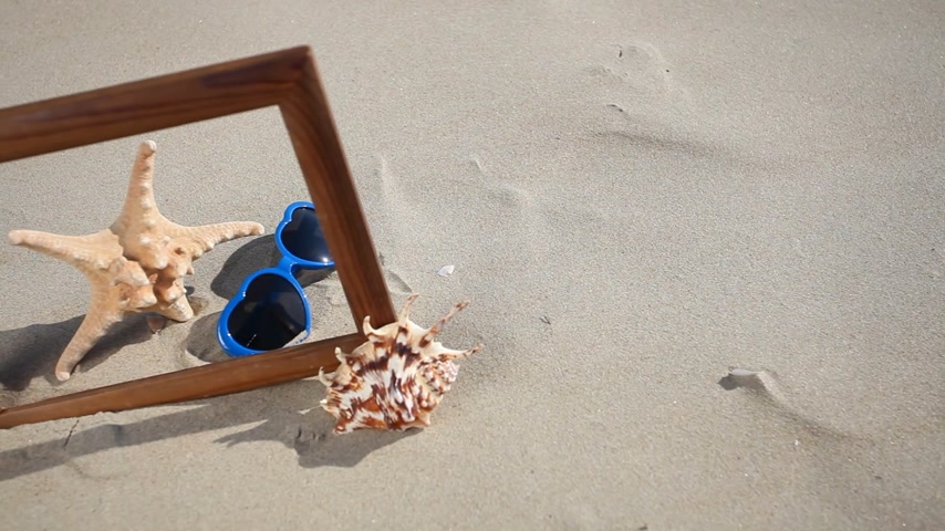 ракушки : Wooden frame border blank copy space with seashell, starfish and sunglasses on the sandy beach. Summer vacation. Full HD with motorized slider. 1080p.