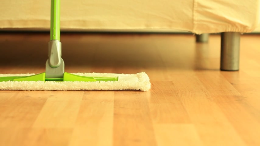 zametání : House cleaning, green mop standing on wooden floor. Dolly sliding shot. Full Hd 1920X1080P with motorized slider.