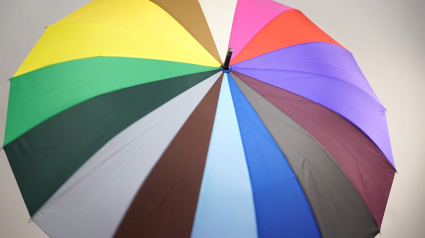 předpovídání : Woman rainy smiling girl in red clothing standing under colorful umbrella having fun making thumb up hand gesture. Meteorology, forecasting and weather season 4K ProRes HQ codec Dostupné videozáznamy