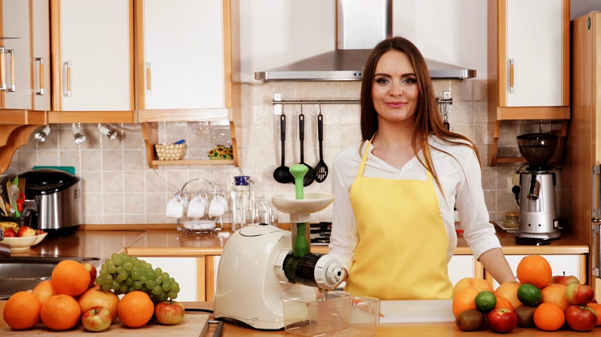 grejpfrut : Woman young housewife in kitchen with fruits and juicer preparing to make fresh juice. Healthy eating, cooking, vegetarian food, dieting and people concept. 4K ProRes HQ codec