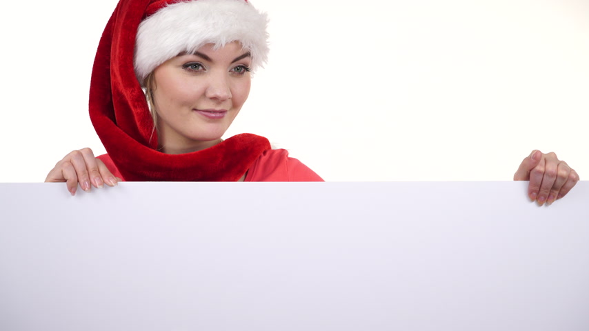 ilan : Woman holding blank empty board banner. Pretty girl in santa claus helper hat. Christmas advertisement copyspace. 4K ProRes HQ codec. Stok Video