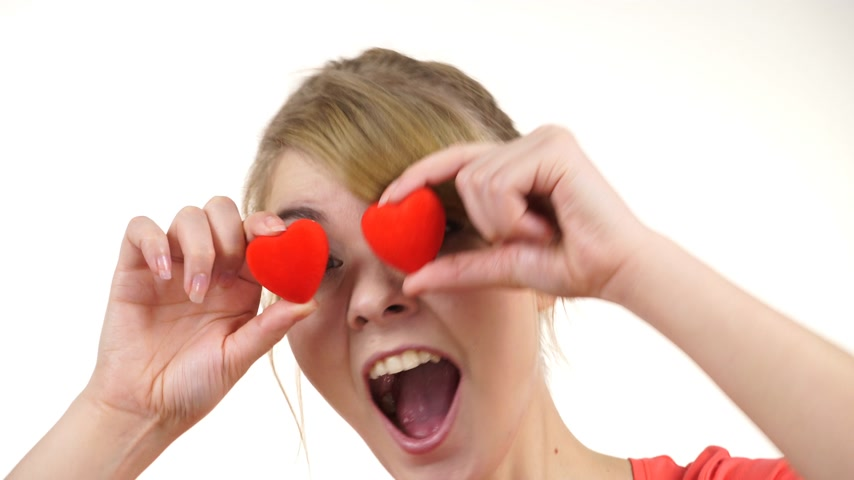 apaixonado : Woman smiling funny playful girl holding red hearts over eyes dancing. Valentines day love happiness concept. 4K ProRes HQ codec Vídeos