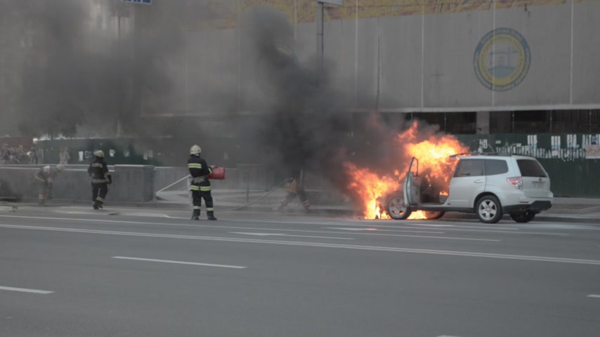 firemen : car burning accident on street Stock Footage