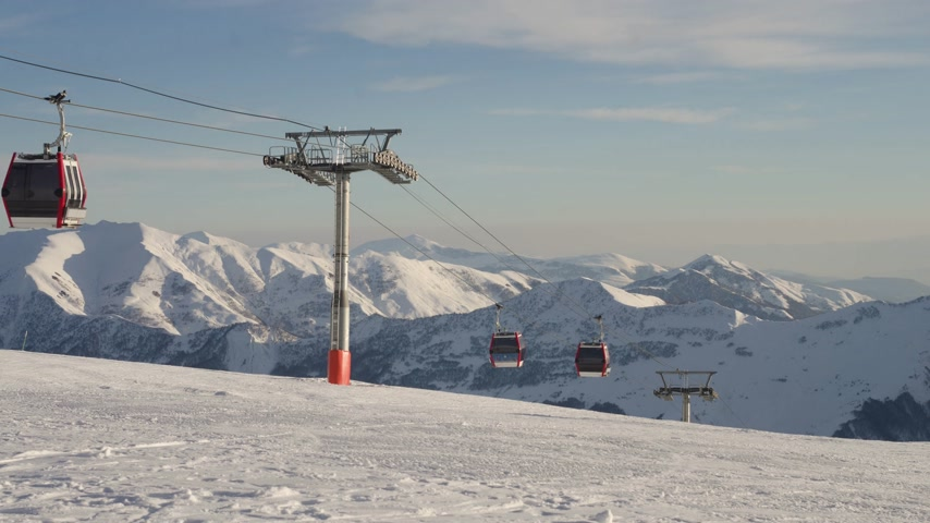 снасти : Ski lift time-lapse gondola. Winter snowy mountains at background Стоковые видеозаписи