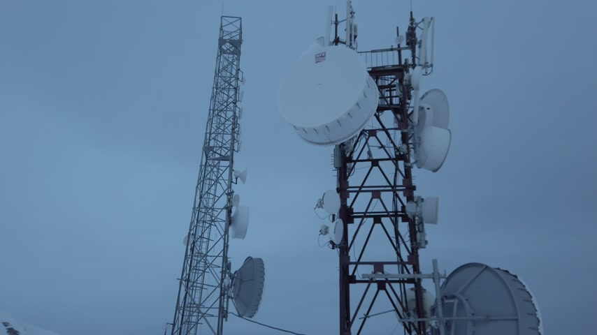 iletmek : Two antenna towers, and cloudy sky at background, 4k Stok Video