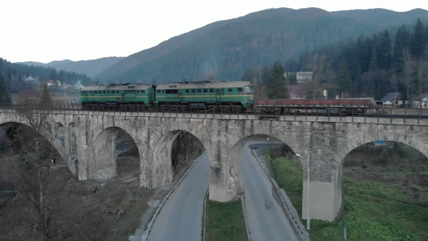 passagem elevada : Aerial railway bridge over the bridge across the river Carpathians Ukraine Vídeos