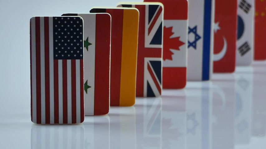 mnohonárodnostní : The domino effect with tile of flags of different countries of the world. The camera is stationary. Starting with the USA Dostupné videozáznamy