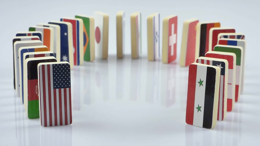 mnohonárodnostní : The domino effect with tile of flags of different countries of the world. The camera is stationary. Starting with the USA and ending with Syria