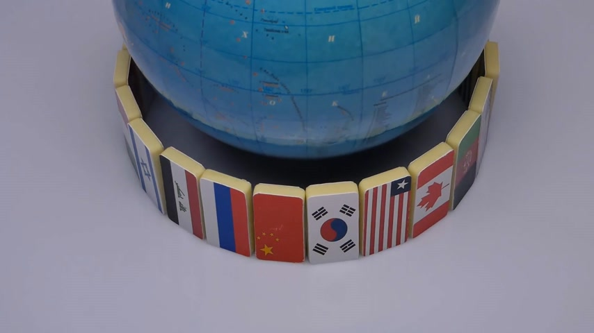 movimentar se : Rotating globe with flags of the world, studio video. The concept of a world Commonwealth