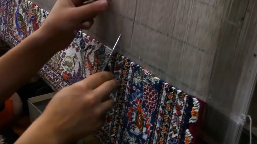 závit : weaving and manufacturing of handmade carpets close-up. masters of Central Asia and Uzbekistan