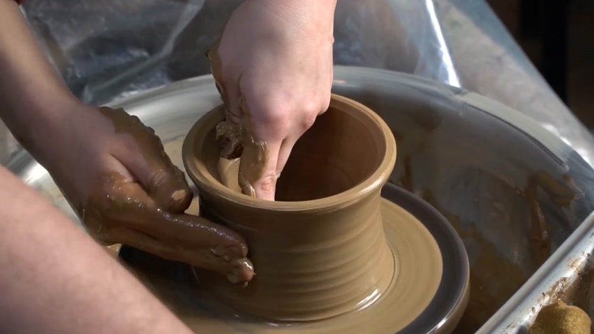 warsztat : Teaching pottery to children. The teacher gives a master class in modeling