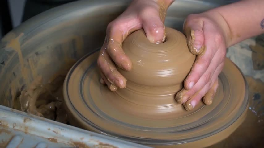 молдинг : Teaching pottery to children. The teacher gives a master class in modeling