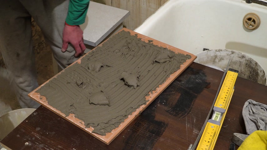 шпатель : It applies cement adhesive. Finishing works, focus on hands. The technology of laying tile.