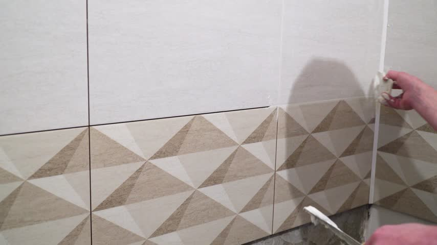 шпатель : Finishing works, focus on hands. The technology of laying tile.