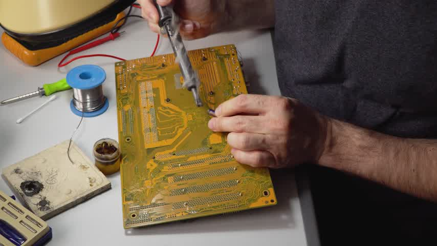 полупроводник : technician electronic soldering and repairing computer chip Стоковые видеозаписи