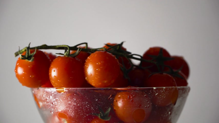 tomates cereja : tomatoes in a glass bowl