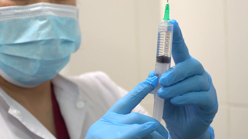intravenous drip : Doctor prepares a syringe with an injection, close-up Stock Footage