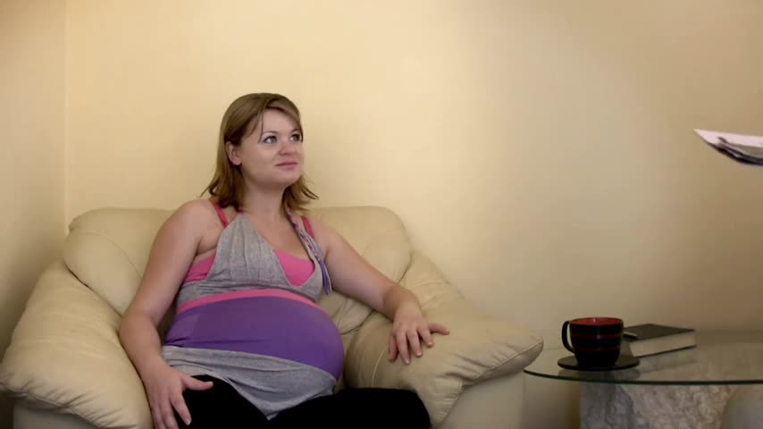 koca : Pregnant woman and husband looking over analysis Stok Video