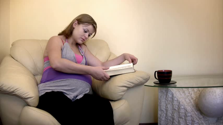 preocupações : Pregnant woman having tea and reading