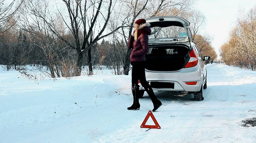 sıkıntı : The girl broke the car in the winter forest