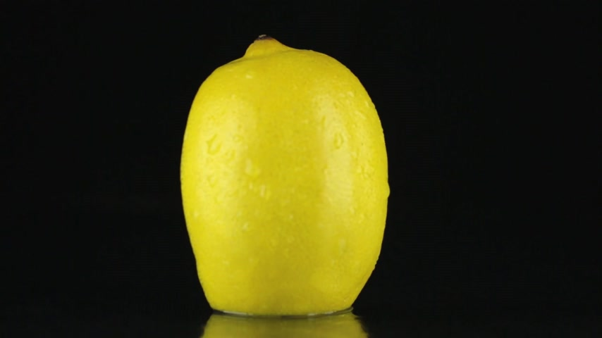 citrón : Half of lemon, rotating on a black background. HD