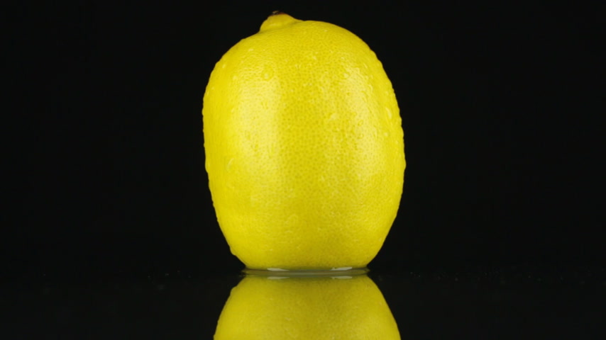 cytryna : Yellow lemon in drops of dew rotates on its axis. HD Wideo