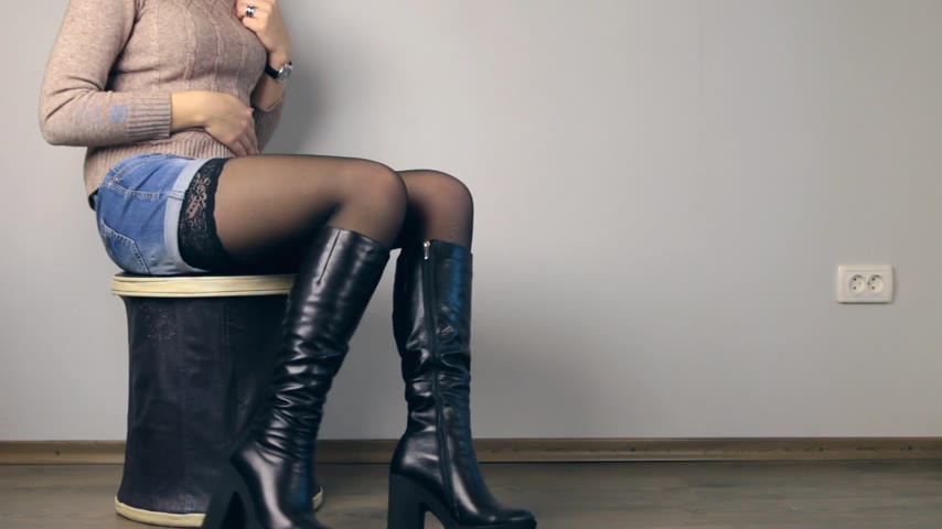 ботинок : Girl sitting on the ottoman in boots