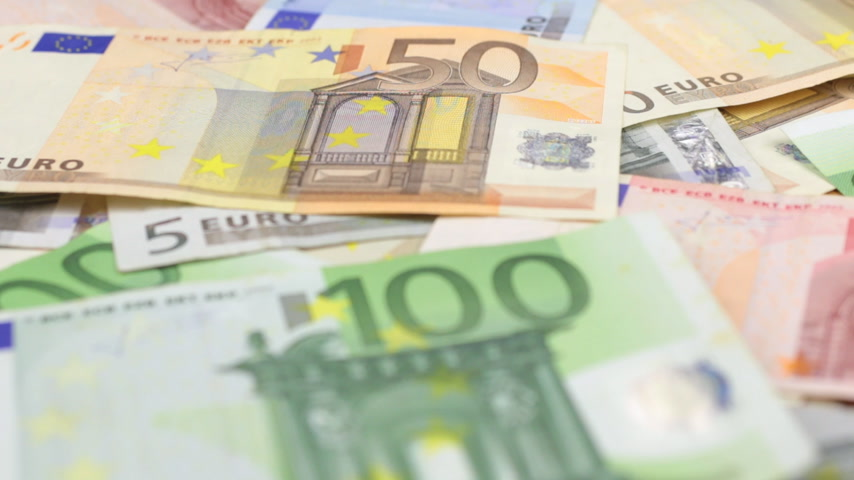 pago : Focus on near and distant euro bills.
