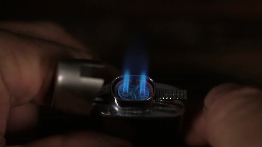 курильщик : Close-up, ignite turbo lighter with double flames.