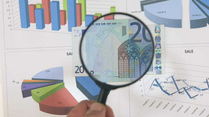 falsificação : Study of a banknote twenty euro, increasing with the help of a magnifying glass.
