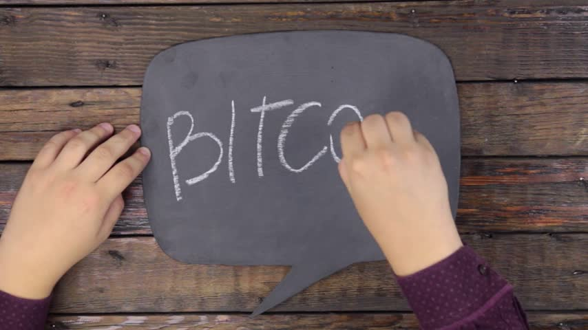 定型化された : Man writes the word BITCOIN with chalk on a chalkboard, stylized as a thought.