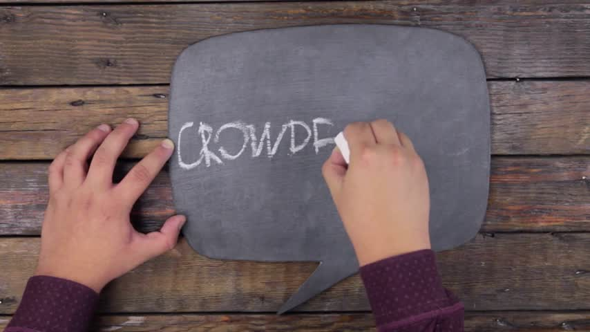 estilizado : Man writes the word CROWDFUNDING with chalk on a chalkboard, stylized as a thought.