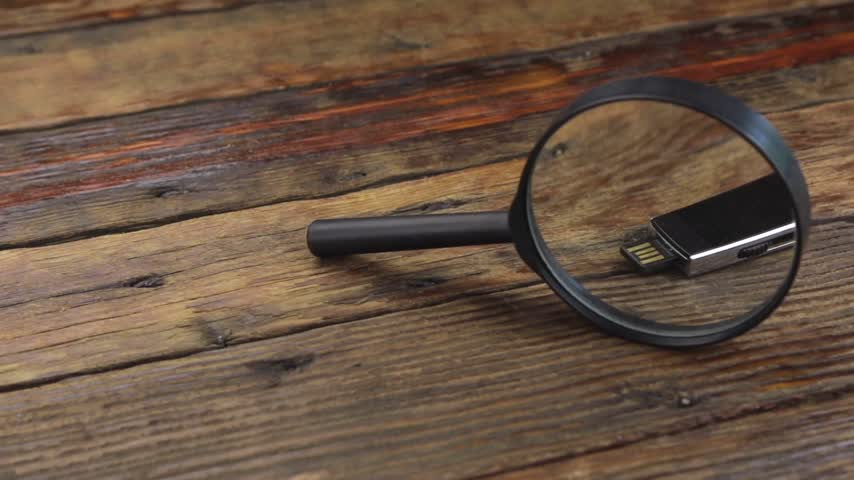 pertavsız : Investigate a flash drive with a magnifying glass. Stok Video