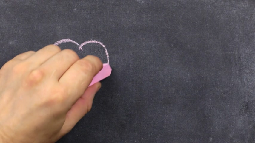 lousa : Heart painted with pink chalk, on a dark background, chalkboard. Boy draws heart. Valentines day card.