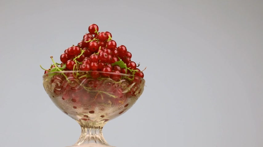 смородина : Rotation of a glass vase with a heap of red currants. Стоковые видеозаписи