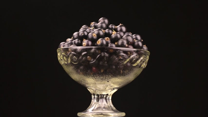 смородина : Rotation of a heap of black currant lying in a glass vase.