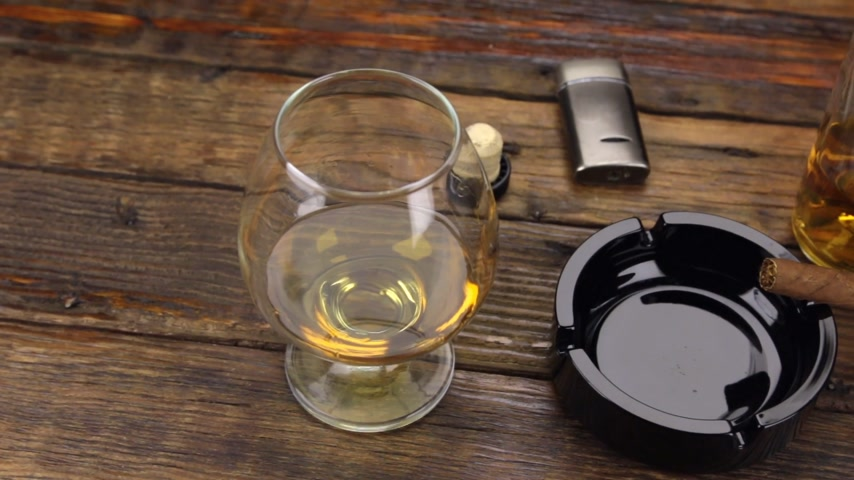 bung : Panorama. A cigar in an ashtray and a glass of alcohol are on the old table.