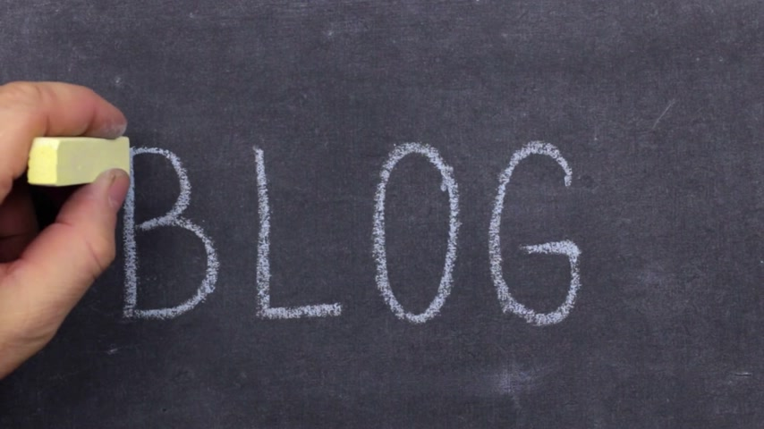 fráze : Word BLOG, written by hand in chalk on a blackboard.