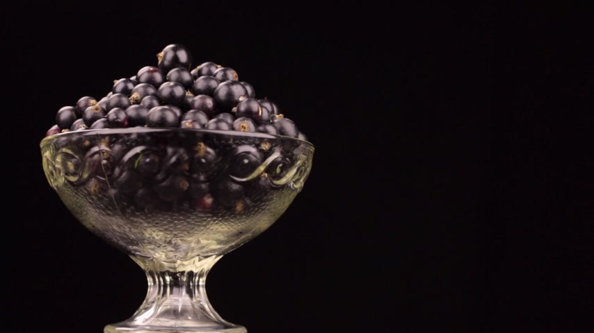 vazo : Rotation of a heap of black currants in a glass vase