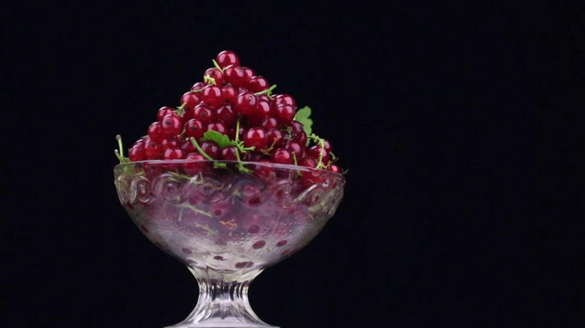 смородина : Rotation of a heap of red currants in a glass vase