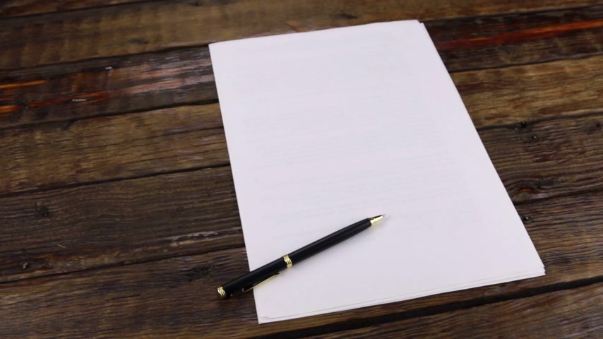 papeteria : Rotation, pen lying on a clean sheet of paper, with copy space.