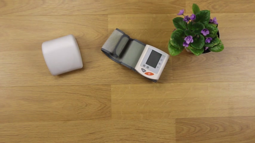 nutrir : Hands of woman measuring the blood pressure at the table