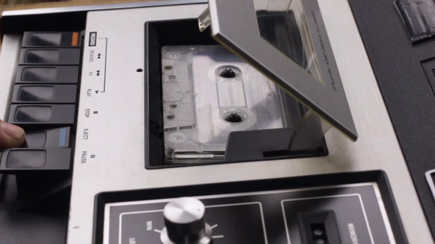 stop motion : Close-up, remove the cassette from the tape recorder and turn off the playback.